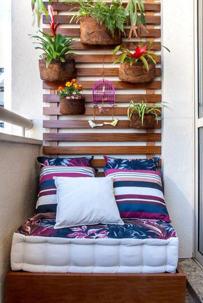 Saksıda yeşil bitkiler ve çiçekler balkon kenarlarına ve verandanın ön kısmına yerleştirilebilir. Balkon, teras ya da veranda küçükse küçük saksılar ya da renkli sepetlerde çiçekler ve yeşil bitkiler yukarı asılabilir. Hafif saksılar ve sepetlerle balkonunuza teras ya da verandanıza uçuşan bir görünüm yaratarak sevdiğiniz renklerle bir dokunuş yapabilirsiniz.