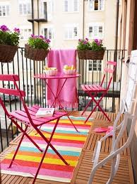 Sıcak yaz akşamlarında dışarıda daha çok oturuyoruz. Neden balkonunuza şirin bir dokunuş eklemeyesiniz?