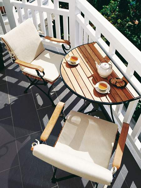Sadelikteki güç önemli. İç mekânın beyaz dekorunu yansıtan bir çift beyaz modern sandalye çok büyük bir ifade katacaktır. Ferforje veya herhangi metal bir masa da balkon dekorunuzun şık bir parçası olabilir.
