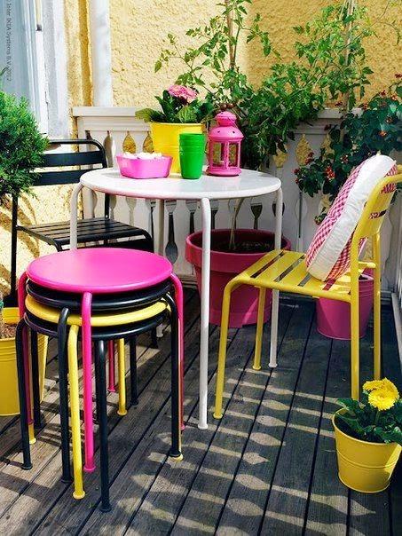 Verandada bir oda havası varsa, dışarıda bir akşam yemeği için bir masa ve sandalyelerle hoş bir ortam yakalayabilirsiniz. Neden olmasın? Kim muhteşem yemekler ve serinletici içkilerle, Akdeniz tarzı bir verandada hoşça vakit geçirmek istemez ki?