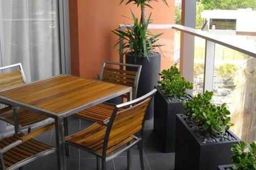Parlak turkuaz halı ve bahçe mobilyalarının üzerine atılacak parlak çizgili yastıklar, balkonlar için renkli dekorasyon fikirleri arasında yer alabilir. Mahremiyet duygusunu hafife almayın. İyi yerleştirilmiş bitkiler gibi, açık alanın etrafına yerleştirilecek sazdan çitlerle bir duvar oluşturabilirsiniz. Böyle bir balkon gerçek bir inziva alanı olarak iş görüyor.
