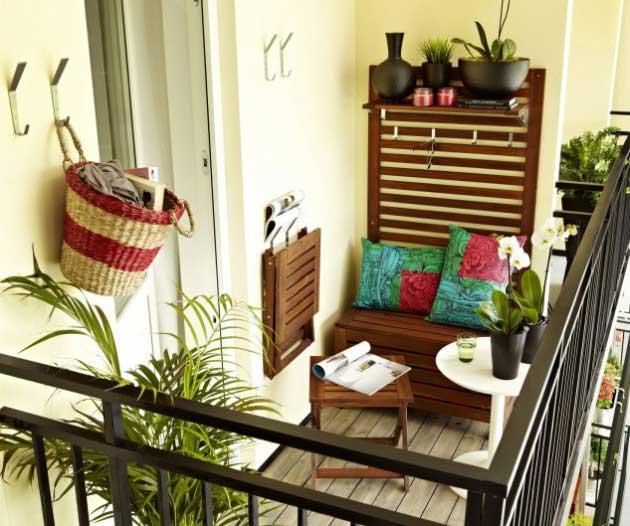 OTURULACAK YERLER Balkonda oturulacak yerlerin rahatlığı önemlidir. Bitkileri yerleştirdikten sonra, artık sizin balkonda nasıl yer alacağınıza bakalım. Balkonunuzun vahasında zaman geçirmekten tam anlamıyla hoşlanmak istemez misiniz? Gerçekten oturup arkanıza yaslanarak rahatlamak istediğinizde bazı ihtiyaçlar ortaya çıkıyor! Bütçeniz kısıtlıysa, iyi koltuk seçeneklerinin pahalı olduğunu düşünmeyin.