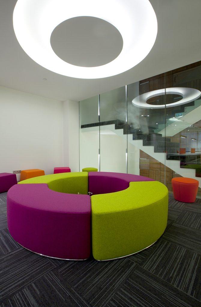 """Tuna Ofis tasarımcıları, ahşabın sıcaklığını ve güçlü yanını hissettiren mobilyaların yanında, rengarenk sofalar, koltuklar, kesonlar ve sehpalar ile ofislere hareket katıyor. Tuna Ofis & Tdesign Studio Tasarım Bölüm Başkanı Ozan Sinan Tığlıoğlu, """"Zamansız çizgilere sahip ürün ve koleksiyonlarla birlikte tercih edilen sıra dışı tasarımlar ve renkler, ofislerin enerjisini yükseltiyor. Bu durum özellikle mutlu çalışma ortamına önem veren genç kuşaklar için çok büyük bir motivasyon kaynağı oluyor"""" diyor."""