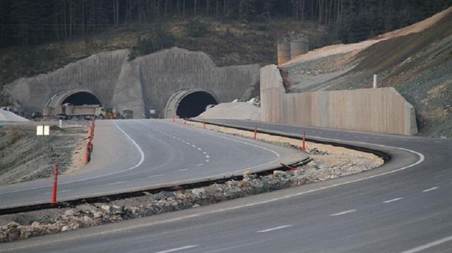 15 Temmuz İstiklal Tüneli 2017'ye sayılı günler kala açılışı yapılan 15 Temmuz Şehirler Tüneli, özellikle kış aylarında sürücüleri rahatlatacak. İç Anadolu'yu Batı Karadeniz'e bağlayacak Ilgaz 15 Temmuz İstiklal Tüneli bugün açıldı. Tünel, yaklaşık 35 dakikada aşılan Ilgaz Dağı yolunu geçiş süresini 8 dakikaya düşürecek.